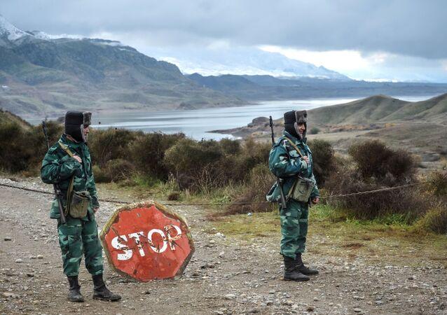 Żołnierze wojsk granicznych Azerbejdżanu na granicy z Iranem.