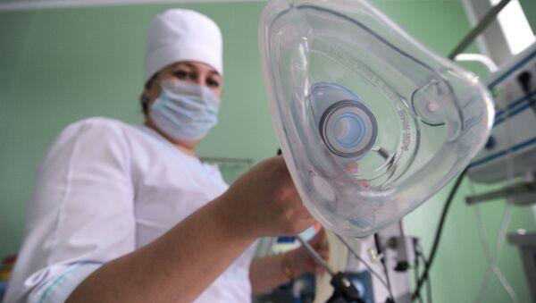 Pielęgniarka trzyma maskę tlenową - Sputnik Polska