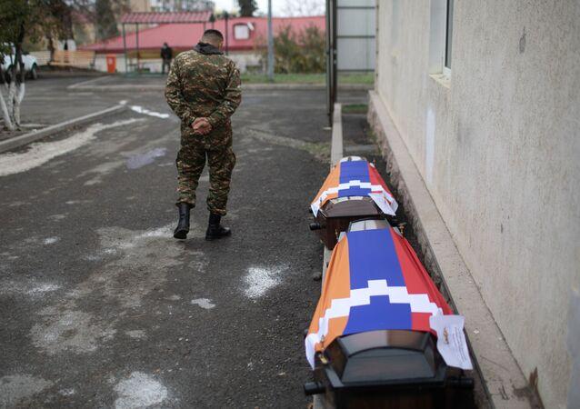 Trumny z ciałami zabitych podczas ostrzału Stepanakertu