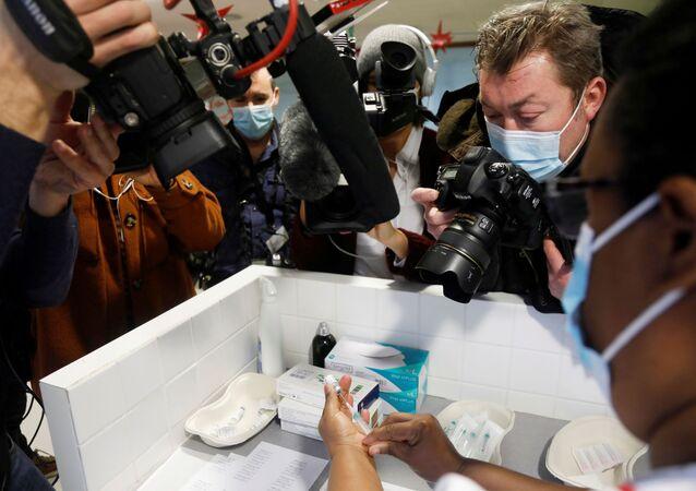 Pielęgniarka ze szczepionką przeciwko koronawirusowi Pfizer-BioNTech we Francji