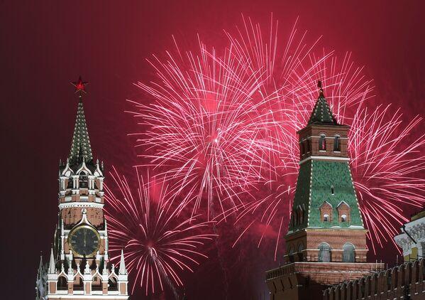 Fajerwerki z okazji Nowego Roku 2021 w Moskwie - Sputnik Polska