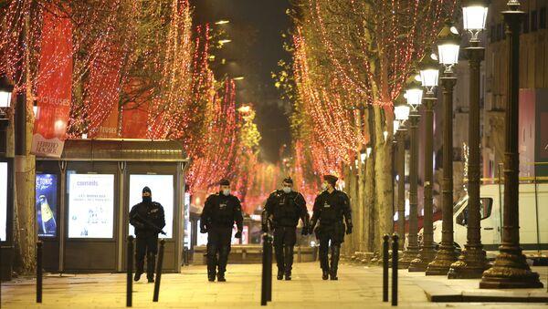 Policjanci na ulicach Paryża podczas obchodów Nowego Roku - Sputnik Polska