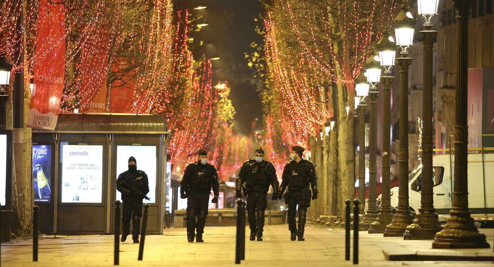 Policjanci na ulicach Paryża podczas obchodów Nowego Roku