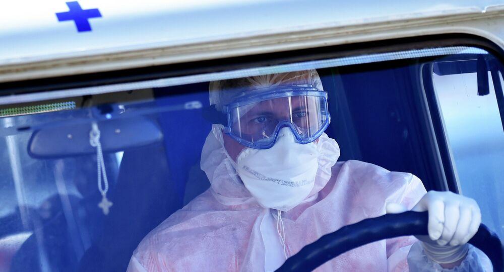 Kierowca karetki w kombinezonie ochronnym na Białorusi
