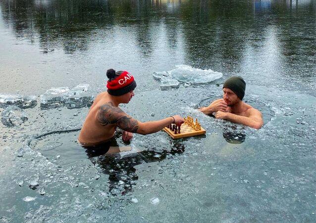 Nick McNaught i Ron Bat grają w szachy w przeręblu, Kanada