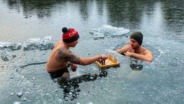 Nick McNaught i Ron Bat grają w szachy w przeręblu, Kanada - Sputnik Polska