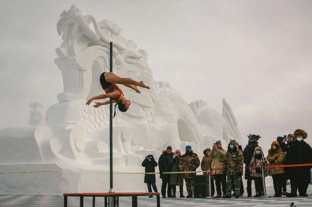 Zawody w tańcu na rurze przy temperaturze -30 stopni w Chinach