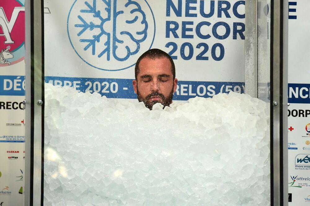 Francuz Romain Vandendorpe ustanowił rekord świata w najdłuższym przebywaniu w pojemniku z lodem