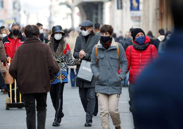 Mieszkańcy Rzymu w maskach