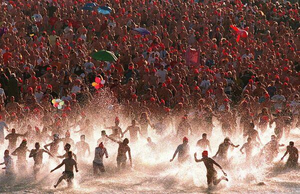 Pływanie w Morzu Północnym 1 stycznia 1999 roku w Niderlandach - Sputnik Polska