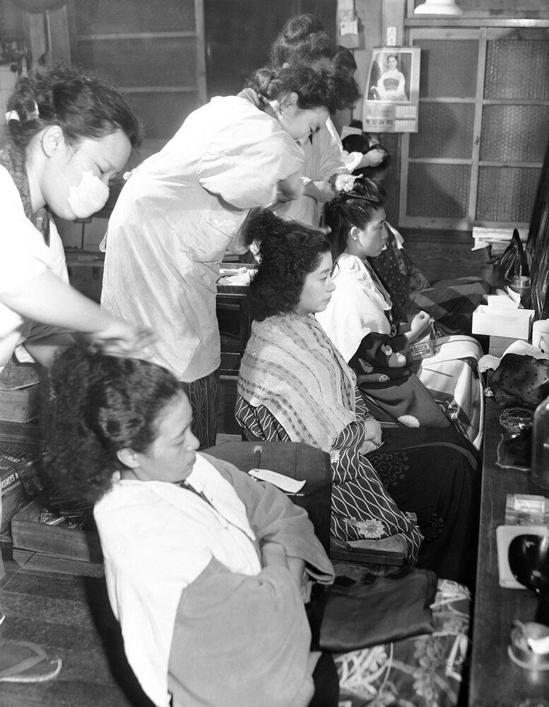 Dziewczyny w salonie urody w Japonii przed imprezą, 1950 rok