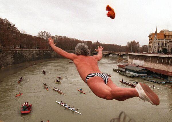 Tradycyjne skoki do rzeki Tyber w Rzymie, 1 stycznia 1997 roku - Sputnik Polska