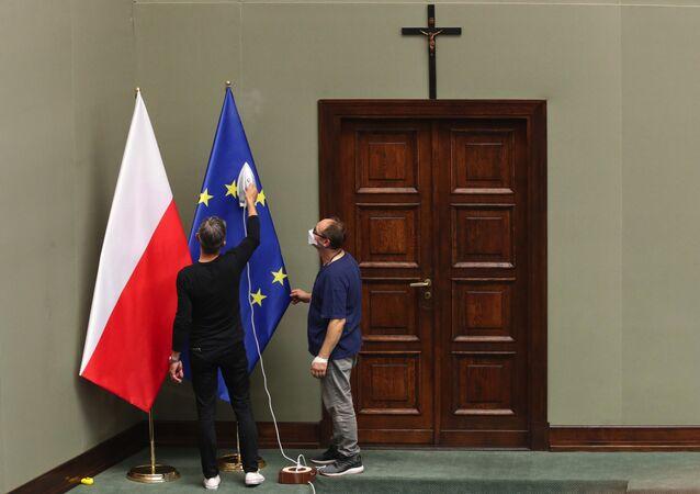 Flagi Polski i UE.