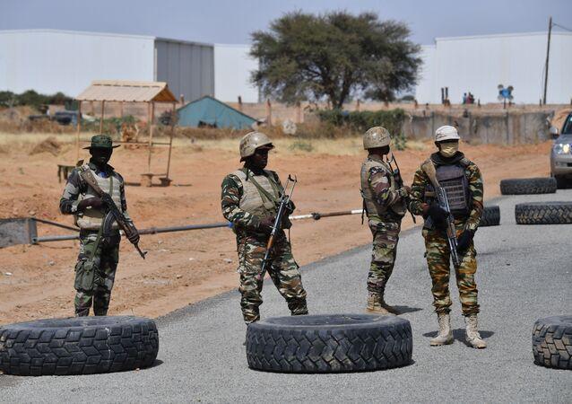 Nigeryjscy żołnierze w pobliżu lotniska Diffa w południowo-wschodnim Nigrze.