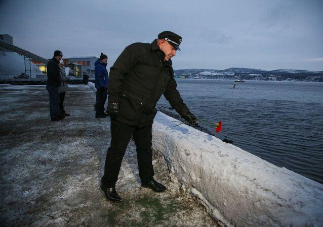 Symboliczne pożegnanie marynarzy statku Onega przez mieszkańców Murmańska