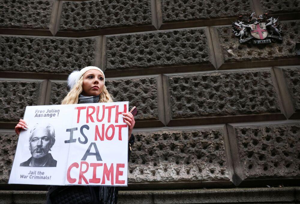 Zwolenniczka założyciela WikiLeaks, Juliana Assange'a, trzyma plakat wspierający go przed Central Court w Londynie