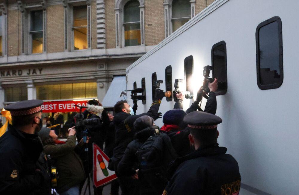 Fotografowie próbują sfotografować wnętrze furgonetki więziennej przybywającej do londyńskiego Central Criminal Court