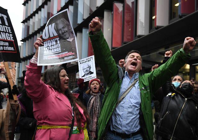 Zwolennicy założyciela WikiLeaks, Juliana Assange'a zbierają się w Central Court w Londynie