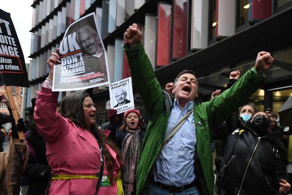 Zwolennicy założyciela WikiLeaks, Juliana Assange'a zbierają się w Central Court w Londynie - Sputnik Polska
