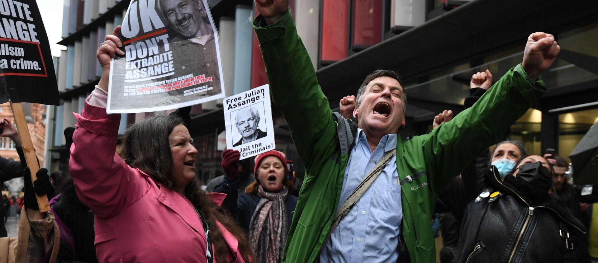 Zwolennicy założyciela WikiLeaks, Juliana Assange'a zbierają się w Central Court w Londynie - Sputnik Polska, 1920, 03.02.2021