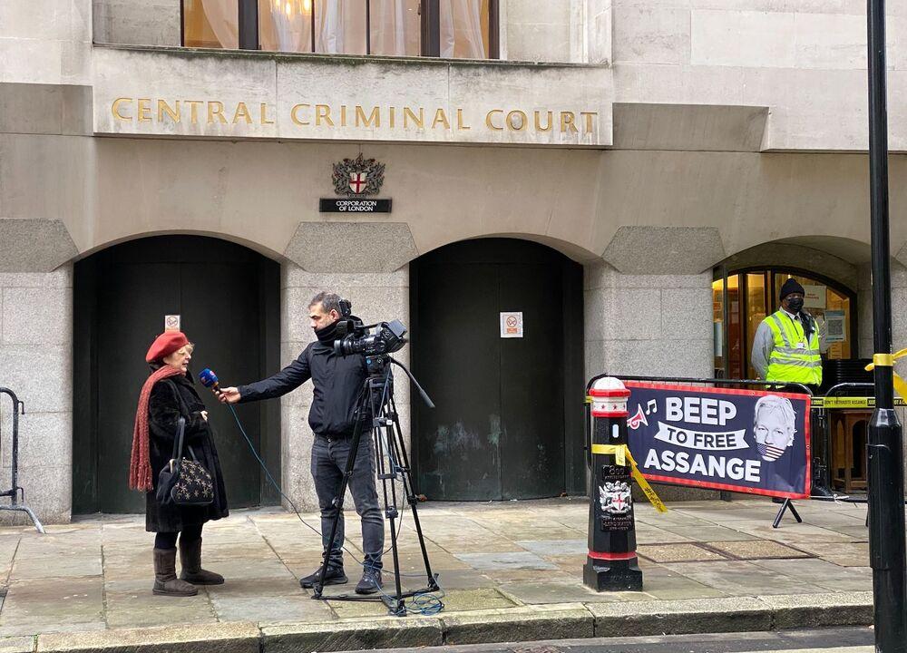 Dziennikarz przeprowadza wywiady ze zwolennikami Juliana Assange'a przed budynkiem sądu w Londynie
