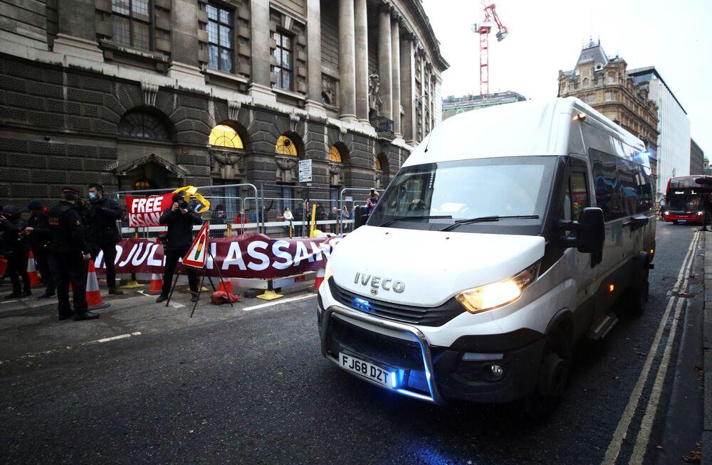 Przed londyńskim Centralnym Sądem Karnym podjeżdża więzienna furgonetka