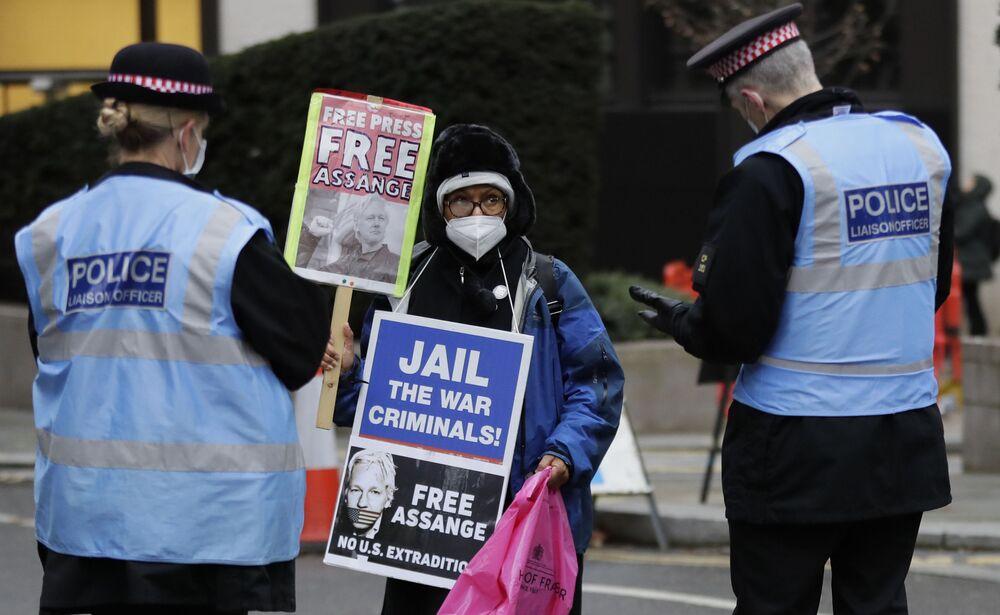 Policja rozmawia ze zwolennikiem Juliana Assange'a w Londynie