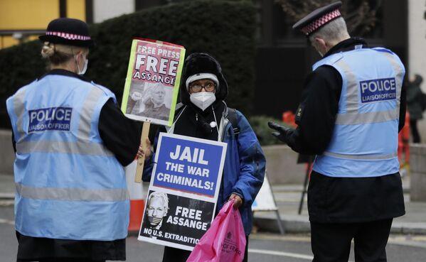 Policja rozmawia ze zwolennikiem Juliana Assange'a w Londynie - Sputnik Polska
