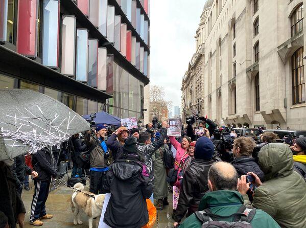 Zwolennicy założyciela WikiLeaks, Juliana Assange'a przed sądem w Londynie - Sputnik Polska