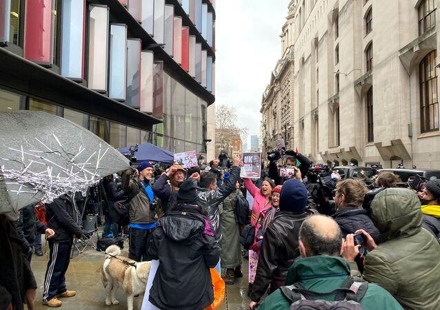 Zwolennicy założyciela WikiLeaks, Juliana Assange'a przed sądem w Londynie