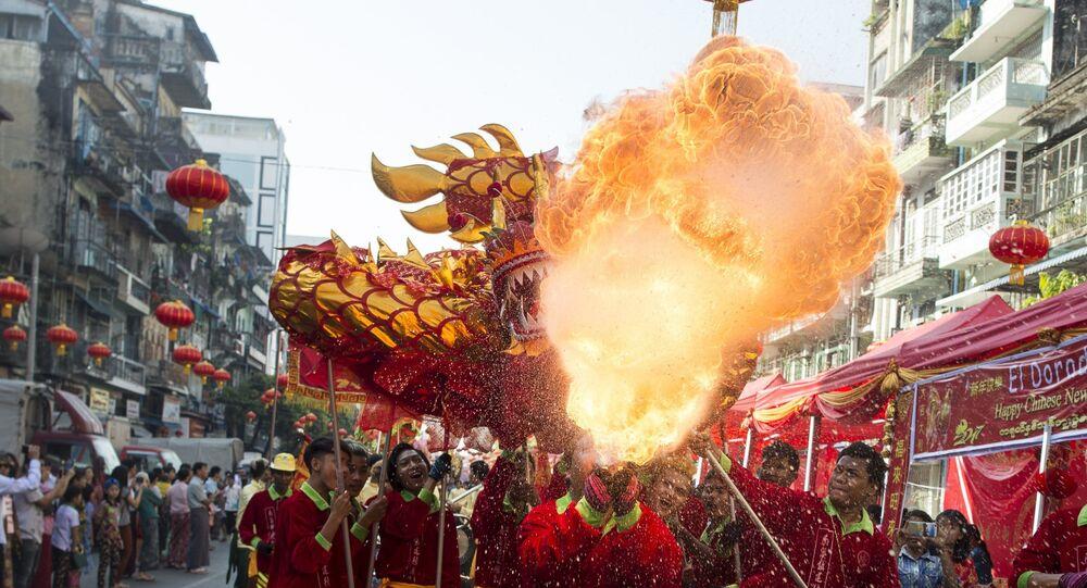 Tradycyjny taniec smoka podczas chińskiego Nowego Roku