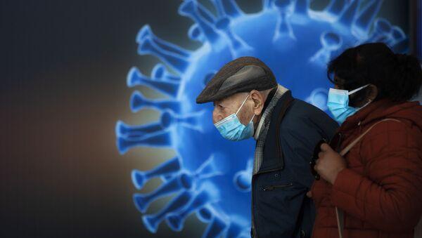 Ludzie w maskach czekają na szczepionkę w centrum szczepień COVID-19 w Jerozolimie - Sputnik Polska