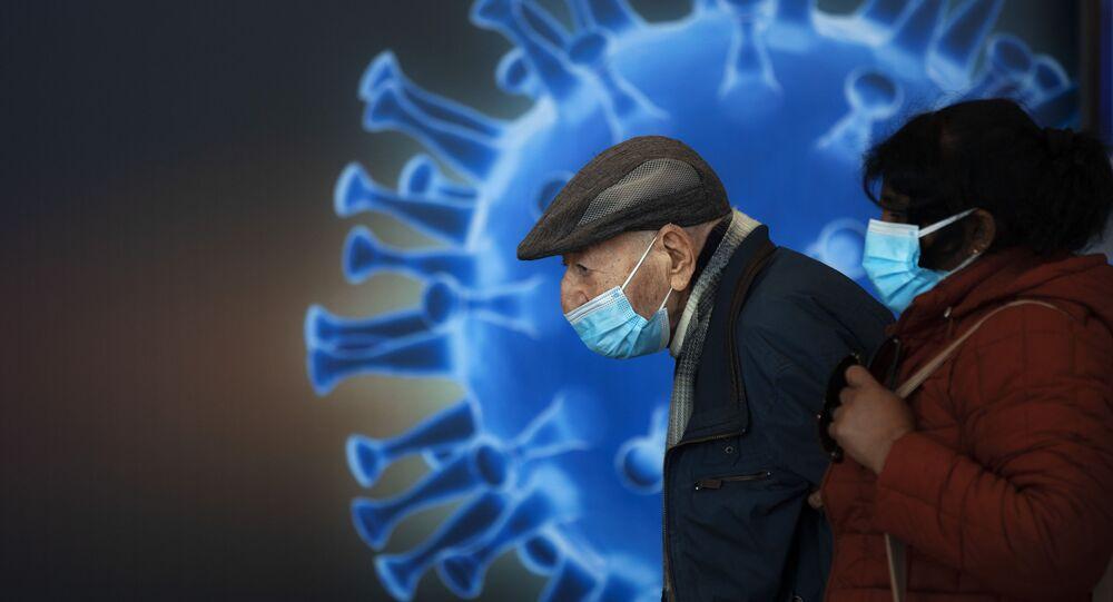 Ludzie w maskach czekają na szczepionkę w centrum szczepień COVID-19 w Jerozolimie