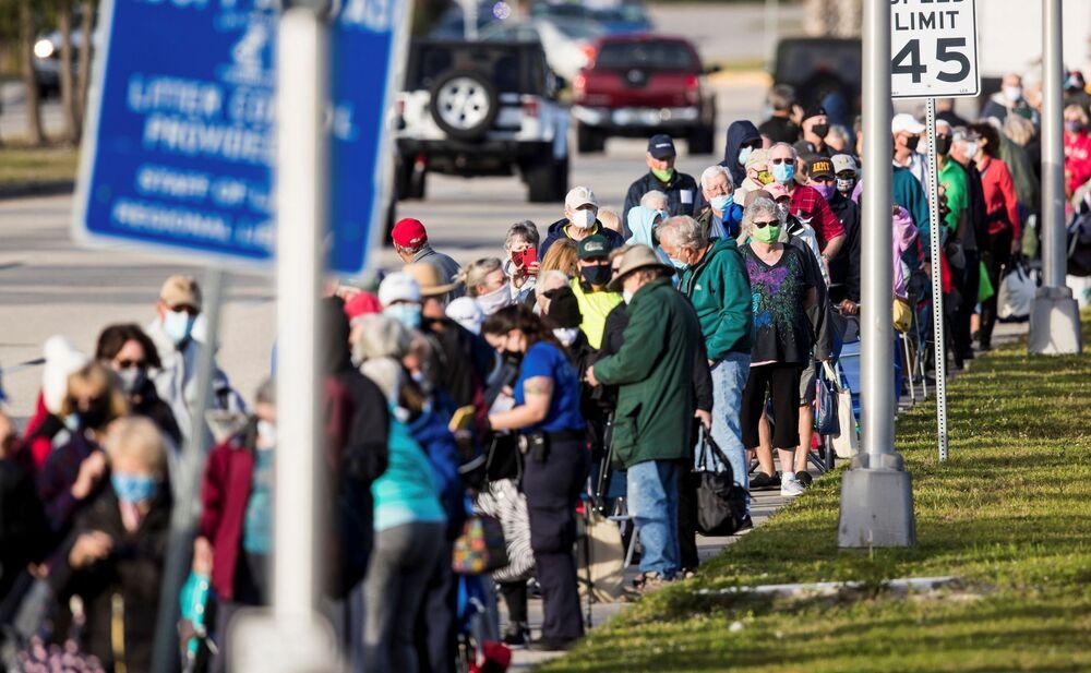 Setki osób czekają w kolejce, aby otrzymać szczepionkę na Florydzie