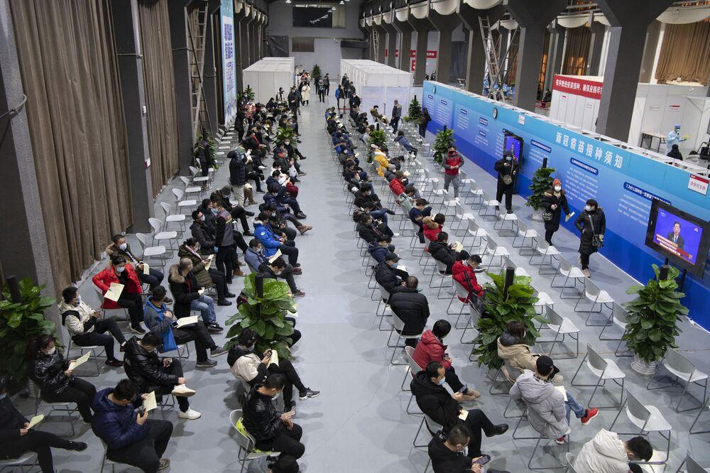 To zdjęcie zrobione 3 stycznia 2021 roku pokazuje ludzi czekających na szczepionki przeciwko koronawirusowi w tymczasowym centrum szczepień w Pekinie