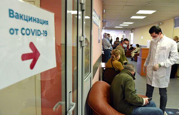 Starsi obywatele Rosji oczekujący na szczepienie w moskiewskim szpitalu - Sputnik Polska