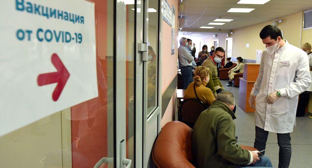 Starsi obywatele Rosji oczekujący na szczepienie w moskiewskim szpitalu
