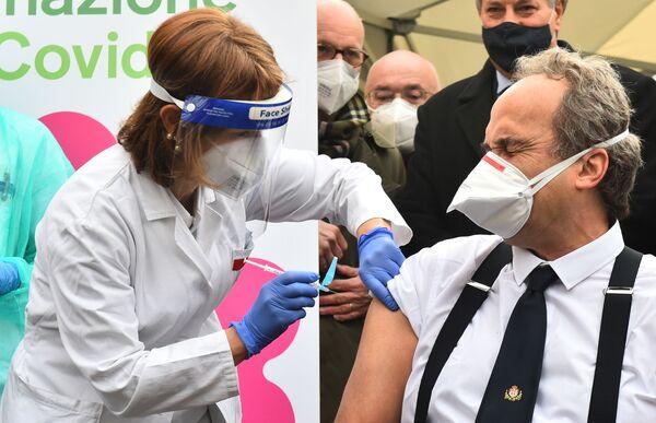 Doktor Giovanni Di Perri otrzymuje szczepienie przeciwko koronawirusowi Pfizer-BioNTech w szpitalu Amedeo di Savoia w Turynie we Włoszech w dniu 27 grudnia 2020 r. - Sputnik Polska