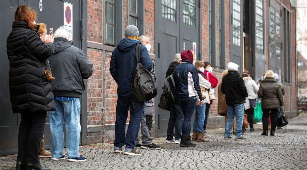 Ludzie stoją w kolejce do ośrodka szczepień przeciwko koronawirusowi w Berlinie, 4 stycznia 2021 r.