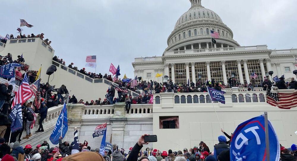 Protesty zwolenników urzędującego prezydenta Donalda Trumpa przed gmachem Kongresu w Waszyngtonie.