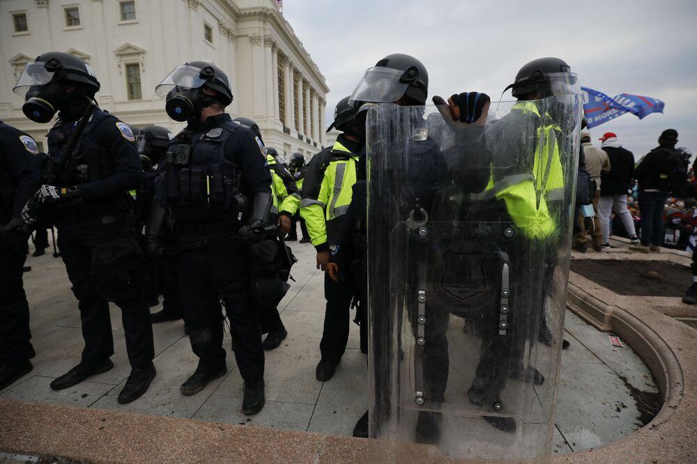 Policjanci podczas protestu zwolenników obecnego prezydenta USA Donalda Trumpa przed Kapitolem w Waszyngtonie