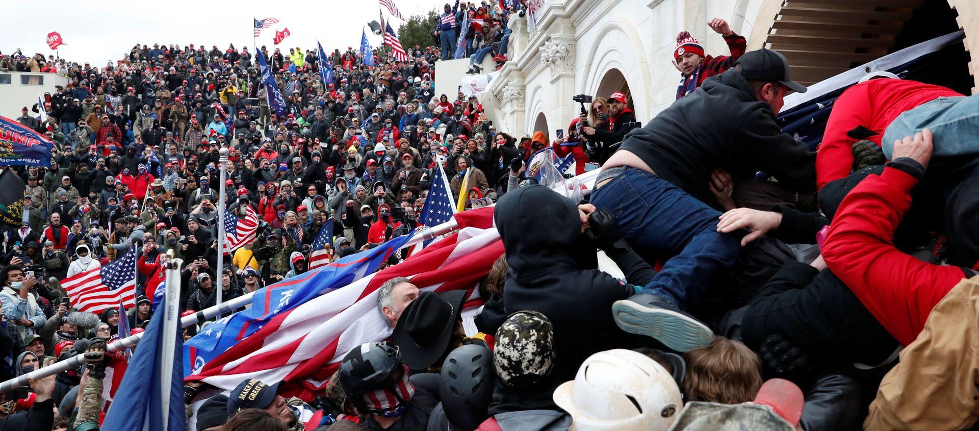 Protestujący zwolennicy obecnego prezydenta USA Donalda Trumpa przed Kapitolem w Waszyngtonie - Sputnik Polska, 1920, 14.01.2021