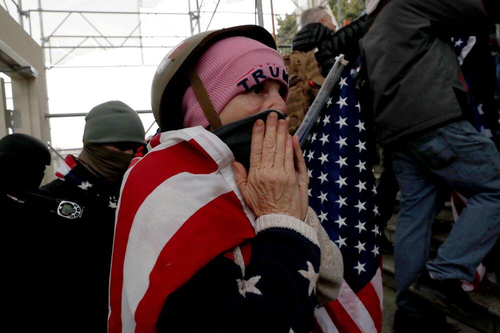 Protestujący zwolennicy obecnego prezydenta USA Donalda Trumpa przed Kapitolem w Waszyngtonie