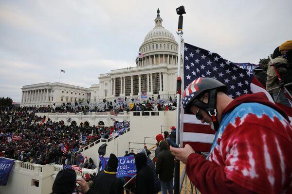 Protestujący zwolennicy obecnego prezydenta USA Donalda Trumpa przed Kapitolem w Waszyngtonie - Sputnik Polska