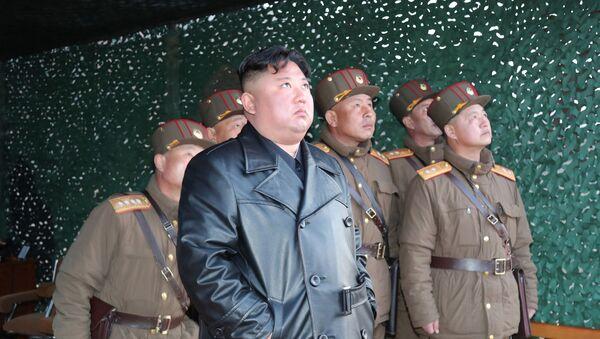 Północnokoreański przywódca Kim Jong-un z żołnierzami  - Sputnik Polska