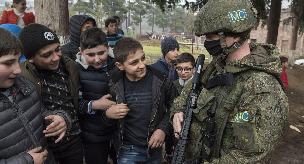 Żołnierz rosyjskich sił pokojowych w wiosce Czartar.