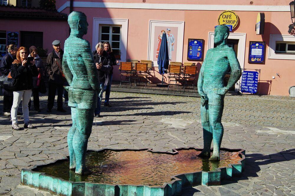 Figury autorstwa Davida Černégo przy wejściu do Muzeum Franza Kafki w Pradze