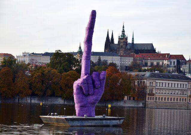 """""""Gest"""" rzeźbiarza Davida Černégo w Pradze"""