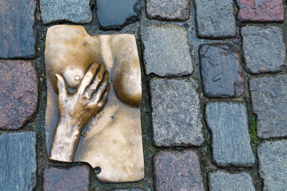 Pomnik kobiecych piersi na bruku w dzielnicy czerwonych latarni w Amsterdamie