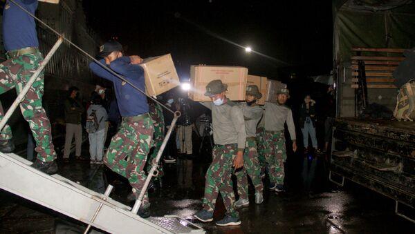 Marines ładują zapasy i sprzęt na statek w celu operacji poszukiwawczo-ratowniczej podczas lotu Sriwijaya Air SJY182 w Dżakarcie w Indonezji - Sputnik Polska